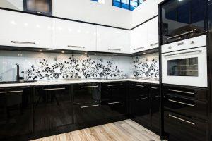 Черно-белые скинали для кухни